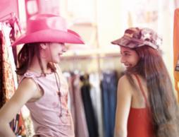 Bilde av to unge jenter som prøver klær. Bildet illustrerer hvordan jenter utvikle seg og bli kvinner.