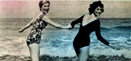 Bilde av to kvinner i badedrakt som holder sin hånd. Bildet er gammeldags og illustrere den kvinnelige revolusjon. o.b. gamle logo i høyre hjørne.
