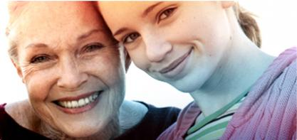 Bilde av to kvinner, en eldre venstre og en yngre rett. Bildet illustrerer historien om O. B. Og vi har bidratt til å bedre livskvaliteten for kvinner i mer enn 65 år.