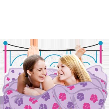 Bilde av to unge kvinner som ligger i en seng og ler. Bildet illustrerer at i puberteten skjer mange endringer i kroppen, men det er helt normalt.